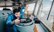 Maersk Tankers har etableret et samarbejde med den amerikanske hedgefond CargoMetrics, der miner globale shippingdata for at hive gevinster hjem på handel med råvarer. Her ses besætningen på Maersk Tanker-skibet Maersk Tangier. Foto: Maersk Tankers
