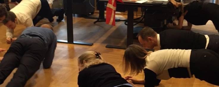 """Ansatte og partnere i advokatfirmaet Gorrissen Federspiel laver planken i halvandet minut  - en del af sundhedsprojektet """"Stronger together"""". Foto: Advokat Cecilie Sivertsen"""
