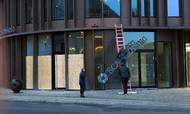 Efter konkursen i Scanleasing gik oprydningen i gang. Den 9. december blev skiltet i firmaets tidligere showroom i mondæne Axel Towers midt i København taget ned. Foto: Foto: Lone Andersen.