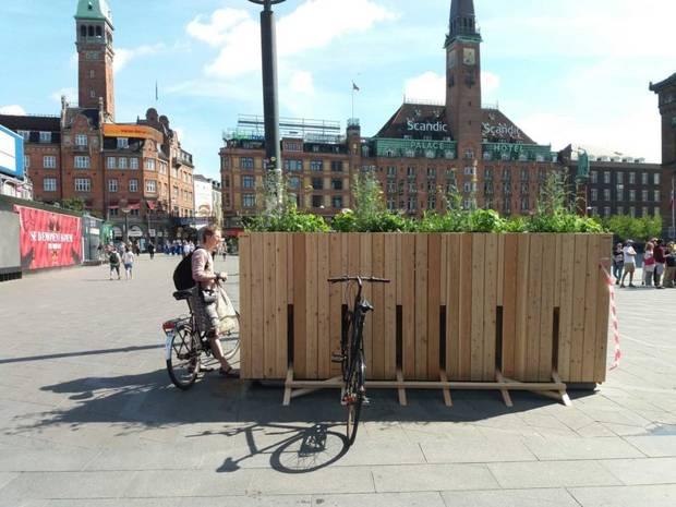Terrorsikringen på Rådhuspladsen er blevet camoufleret med et cykelstativ.  Foto: Tagtomat/Mads Boserup Lauritsen