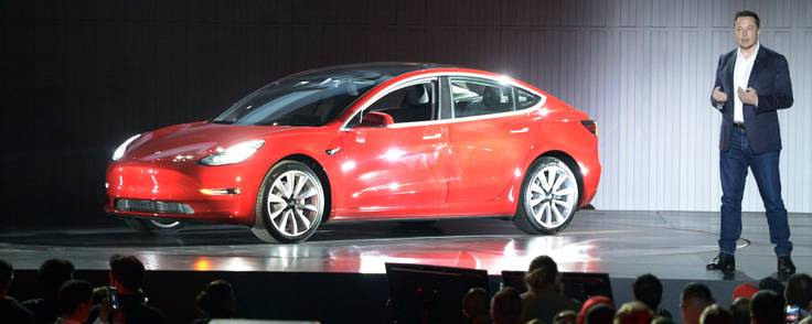 Teslas topchef, Elon Musk, præsenterer den nye Model 3 i Fremont, USA, den 28. juli i år. Nu skal Tesla hente 9,5 mia. kr. i kapital til at udvide produktionen. Obligationerne har fået vurderingen 'junk', mens aktiemarkedet elsker Tesla. Foto: Andrej Sokolow/dpa/AP Foto.