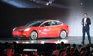 Teslas topchef, Elon Musk, præsenterede den nye Model 3 i Fremont, USA i juli 2017. I begyndelsen var der problemer med kvaliteten, men de synes næsten at være løst. Foto: Andrej Sokolow/dpa/AP Foto.