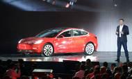 Teslas topchef, Elon Musk, ved præsentationen af Model 3. Indtil videre har Tesla kun solgt de dyreste udgaver af bilen, men det ændrer sig, og det vil sætte Teslas økonomi under pres, skrev Elon Musk til sine ansatte. Foto: Andrej Sokolow/dpa/AP