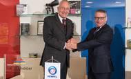 Ejer og nu tidligere CEO i J. W. Ostendorf Michael Ostendorf og group vice president Joe Devitt fra Hempel. Foto: PR