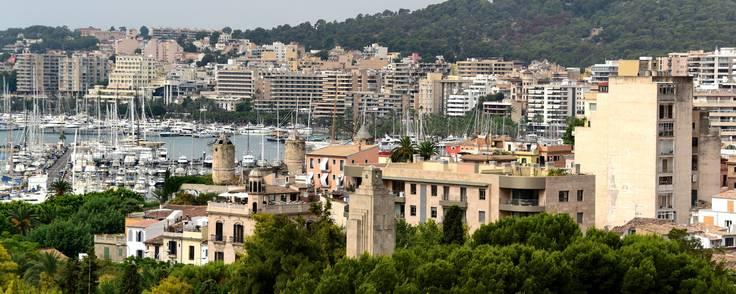 Spanien er en populær rejsedestination, både blandt danskere og briter, der søger feriebolig i udlandet. Her Palma de Mallorca. Foto: Hauke Christian Dittrichap/AP Foto.