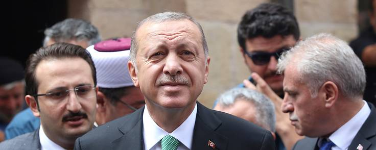 Tyrkiets præsident Recep Erdoğan minder om, hvem der styrer den tyrkiske pengepolitik ved at fyre centralbankdirektør Murat Cetinkaya. Foto: AP Foto.