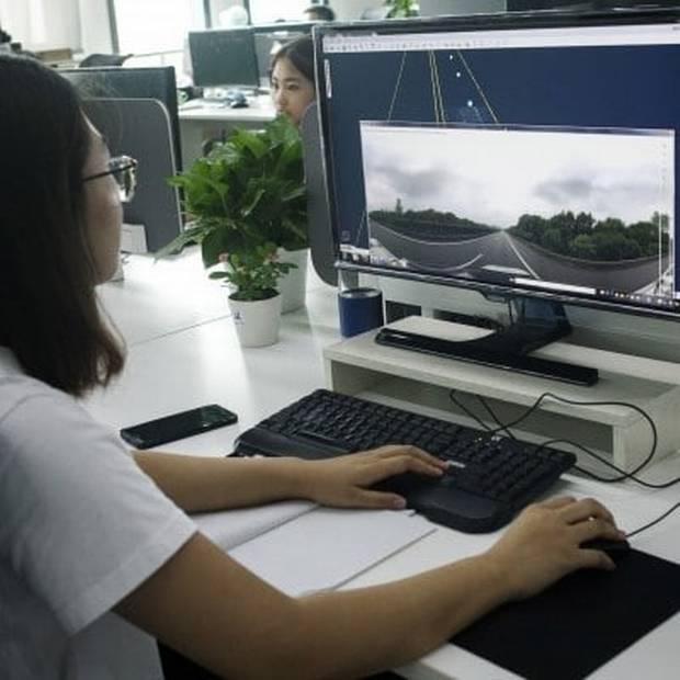 Data fra et 360-graders kamera tjekkes af en medarbejdere på kontoret his NavInfo i Bejing. Foto: Giulia Marchi/Bloomberg