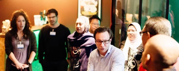 HR-direktører fra en stor virksomhed i Malaysia i gang med en øvelse, der skal styrke deres indbyrdes samarbejde. På workshoppen undervises de i at blive gode til at sige ja til hinanden. Foto: Improv Comedy Copenhagen/Mihai Dan Mustea