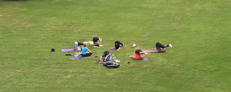 Virksomheden 21-5 har yoga på dagsordnen hver fredag for de ansatte. Foto: 21-5/Anders Køj
