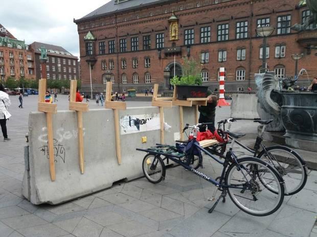 Sådan så betonklodsen ud før. Klodserne kan ikke stoppe lastbilerne men har til formål at få dem til at sænke farten. Foto: Tagtomat/Mads Boserup Lauritsen