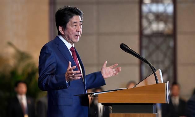 Japans premierminister, Shinzo Abe, holder tale på et topmøde mellem Japan, Kina og Sydkorea i december. Sydkorea og Japan brugte det meste af 2019 på at råbe ad hinanden. Nu er der måske forsoning på vej. Foto: Wang Zhao/Pool Photo via AP/Ritzau Scanpix