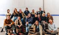 Eat Grim har sæde i Københavns nordvestkvarter og får hjælp af frivillige til at pakke kasserne. Som frynsegode får de lov til at tage alle de grøntsager, de kan bære, med hjem. Foto: PR